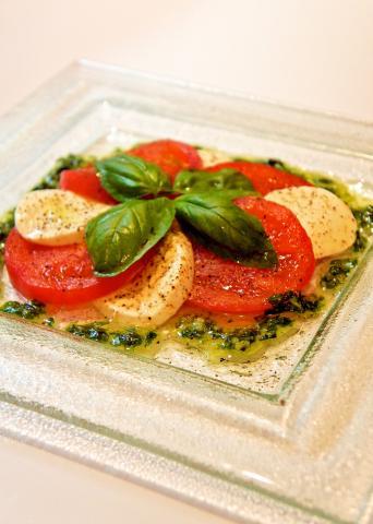 トマトとモッツァレラチーズとバジルでカプレーゼ
