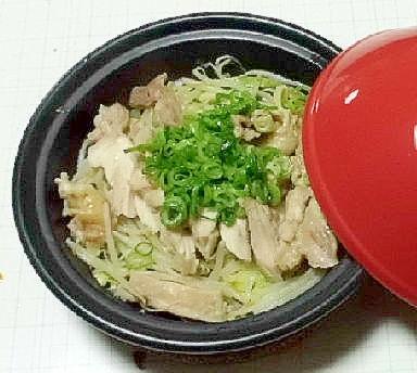 タジン鍋で、蒸し鶏肉のネギ塩タレ